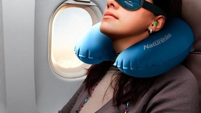 Công dụng của gối kê cổ và bịt taii chống ồn đi máy bay